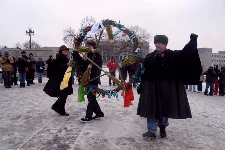 Wiccani din Minnesota cu simbolul pentagramei. Autor Ycco.  Sursa Wikipedia.