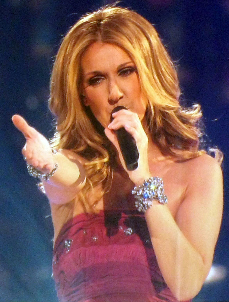 """Celine Dion cântând """"Taking Chances"""" la Celine Dion 'Taking Chances Tour' Concert @ Bell Centre, Montreal, Canada în August, 2008. Autor Anirudh Koul, sursă Wikipedia."""