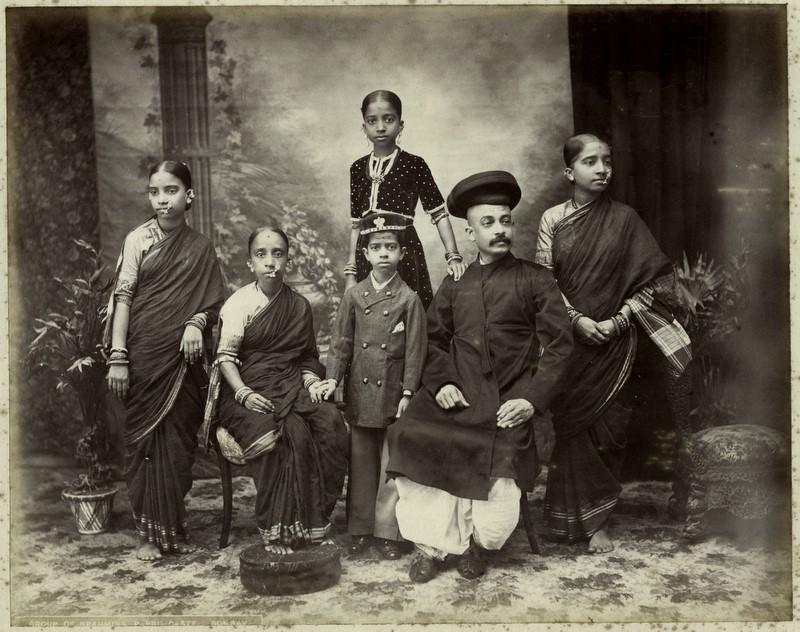 O familie de brahmani din Bombay, fotografiată probabil de Taurines, noiembrie 1880, sursă Wikipedia.