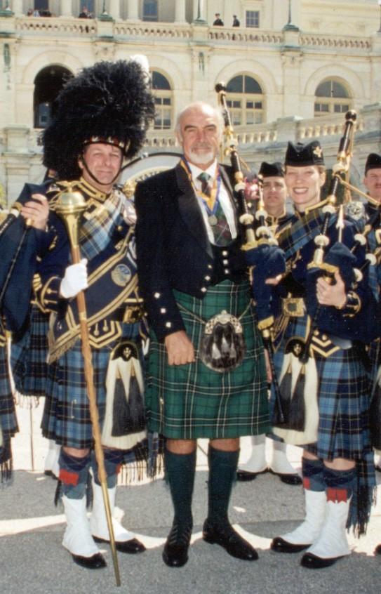 Actorul scoţian Sean Connery cu membrii United States Air Force Reserve's Pipe and Drum Band în Washington, DC. Tartan Day, 2004. Sursă afrc.af.mil, Wikipedia.
