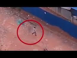 Un bărbat urmărit de o fantomă în timp ce merge