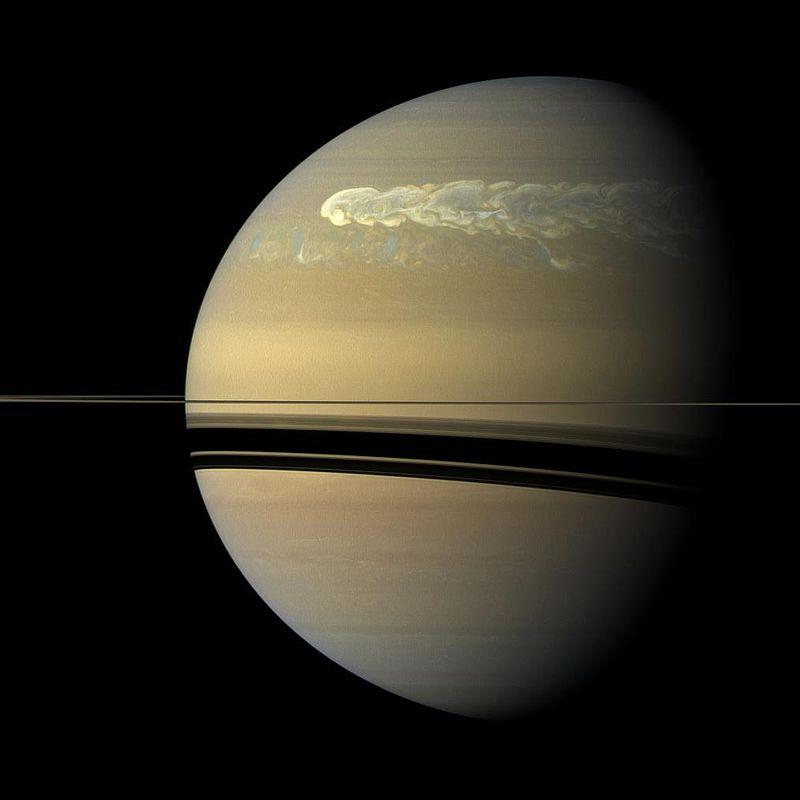 Enorme obiecte în orbită în jurul inelului exterior al lui Saturn
