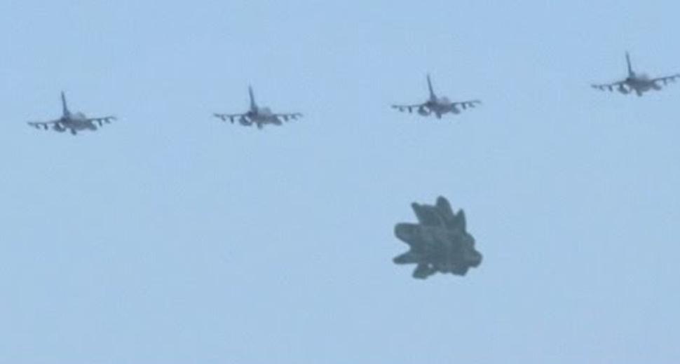 Un OZN straniu a fost escortat de 4 avioane americane de luptă