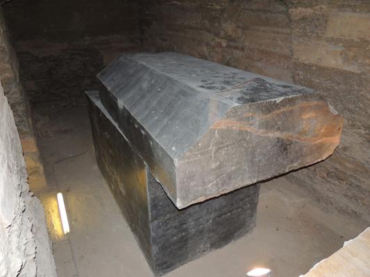 Arheologii sunt uimiţi de descoperirea a 24 de sarcofage negre stranii, de 100 de tone, lângă platoul de la Giza